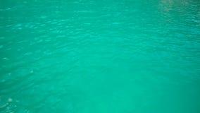 浇灌天蓝色的水表面上的波纹  股票视频