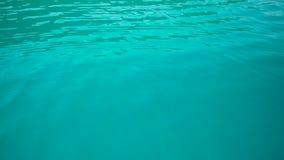 浇灌天蓝色的水表面上的波纹  股票录像