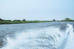 浇灌小船的马达做的足迹在河的水 库存图片