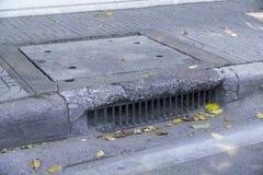 浇灌排水设备老在方式和下落的叶子 免版税库存照片