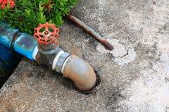 浇灌有联接的阀门配管钢铁锈老轻拍管子 库存图片