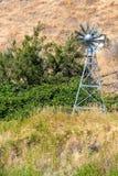 浇灌池塘和湖的中央俄勒冈美国供气的风车 免版税库存图片