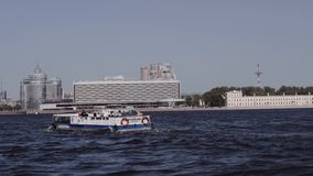浇灌沿圣彼德堡河和运河的游览  小船骑马 股票视频