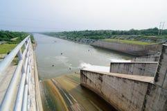 浇灌流动从力量环境概念的, Thail水坝门 免版税库存照片