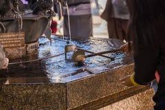 浇灌浸染工在日本人寺庙, Senso籍寺庙 免版税图库摄影