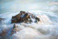 浇灌漫过详细的岩层在大西洋oce 免版税库存图片
