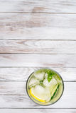 浇灌用柠檬、薄菏和黄瓜在木轻的背景 水戒毒所 顶视图 库存照片