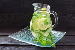 浇灌用柠檬、黄瓜、姜和薄菏 免版税库存照片