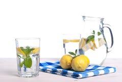 浇灌用柠檬和薄菏在一块玻璃在i桌侧视图  库存照片
