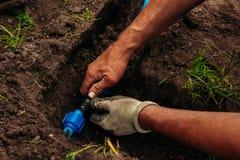 浇灌的庭院管子地面的 免版税库存照片