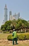 浇灌的草和植物在迪拜 库存图片