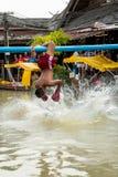 浇灌跌倒入水的拳击手 免版税图库摄影