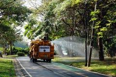 浇灌路的草坪用水在Somdet-yah公园的罐车 免版税库存照片