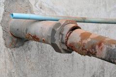 浇灌阀门配管钢毁坏了老生锈的工业轻拍 图库摄影