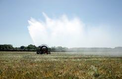 浇灌领域的灌溉枢轴 免版税图库摄影