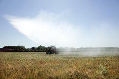 浇灌领域的灌溉枢轴 免版税库存照片