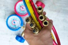 测压器红色压力表的管子,蓝色,黄色插座黄铜关闭u 免版税库存照片