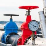测压器,在热的管子的红色阀门 免版税库存图片