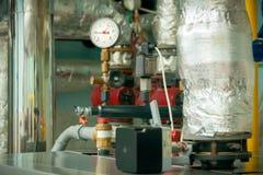 测压器-在锅炉室的压力传感器 有黑和红色箭头的传感器 箭头显示很多压力 库存照片