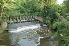 测流堰溢出水 库存照片