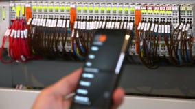 测试一个电聪明的盘区的电工 影视素材