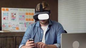 测试他的未来派app概念的流动app开发商使用VR耳机 股票视频