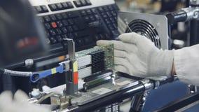 测试在工厂的电子设备质量 股票录像