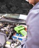 测试在汽车的汽车机械师电气系统 图库摄影
