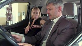测试新一代电镀物品汽车的男人和妇女 股票视频