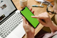 测试新的苹果计算机iPhone x 10的妇女POV 库存照片