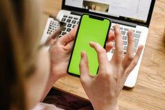 测试新的苹果计算机iPhone x 10的妇女POV 免版税图库摄影