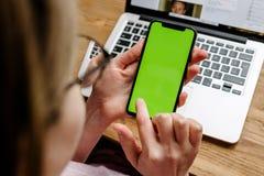 测试新的苹果计算机iPhone x 10的妇女POV 库存图片