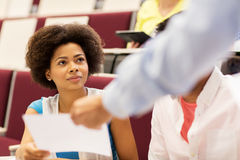 给测试的老师演讲的学生女孩 免版税库存图片