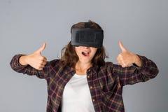 测试虚拟现实玻璃的女孩 免版税库存照片
