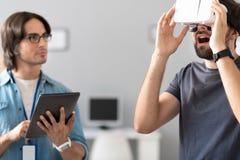 测试虚拟现实玻璃的宜人的同事 免版税图库摄影