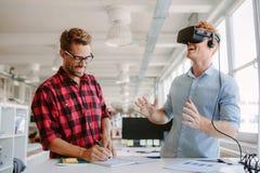 测试虚拟现实玻璃的开发商在办公室 免版税图库摄影