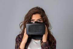 测试虚拟现实玻璃的秀丽女孩 免版税库存图片