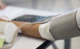 测量与压力表的血压 免版税库存照片