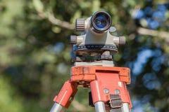 测量员三脚架自动平实透镜 免版税图库摄影