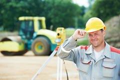 测量员与经纬仪一起使用 免版税库存照片