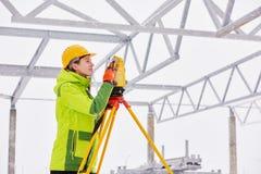 测量员与经纬仪一起使用 库存图片