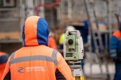 测量员有经纬仪的建造者工作者 Tobolsk 库存照片