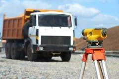 测量员设备级别在建造场所 免版税库存照片