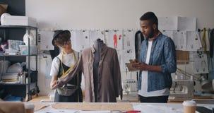 测量在假的书写测量的人和女孩裁缝衣裳在笔记本 股票视频