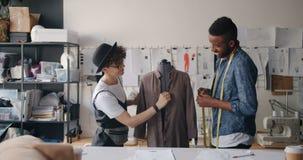 测量在时装模特的裁缝服装与措施磁带谈话 股票录像