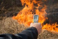 测量在森林火灾的火焰温度 免版税库存照片