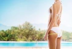 测量在海滩的性感的女孩完善的身体 库存照片