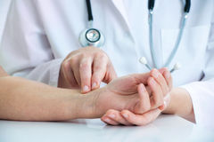 测量在腕子的脉冲 库存图片