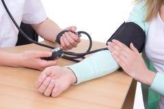测量在诊所的血压 库存照片