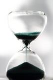测量在读秒的滴漏通过的时间对最后期限 免版税库存照片